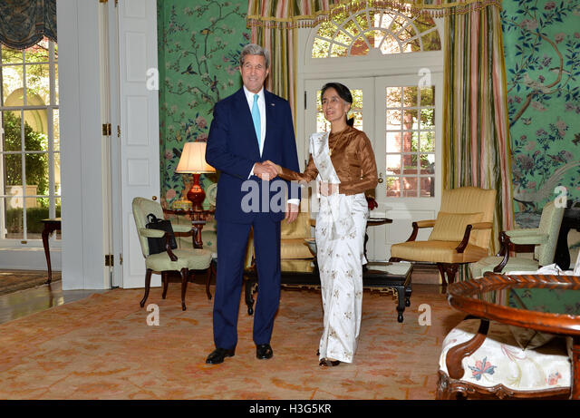 U.S. Secretary of State John Kerry and Burmese State Counselor Aung San Suu Kyi pose for a photo at the Blair House - Stock-Bilder