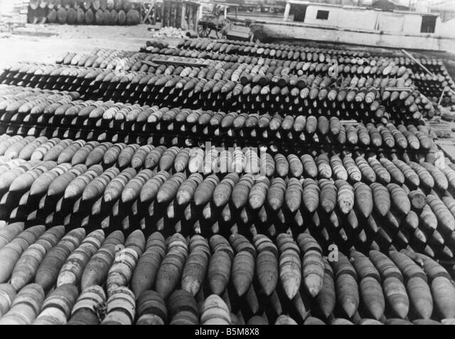 Rows of German shells WWI 1918 History World War I War spoils End of the war 1918 Captured German shells in Pewark - Stock Image