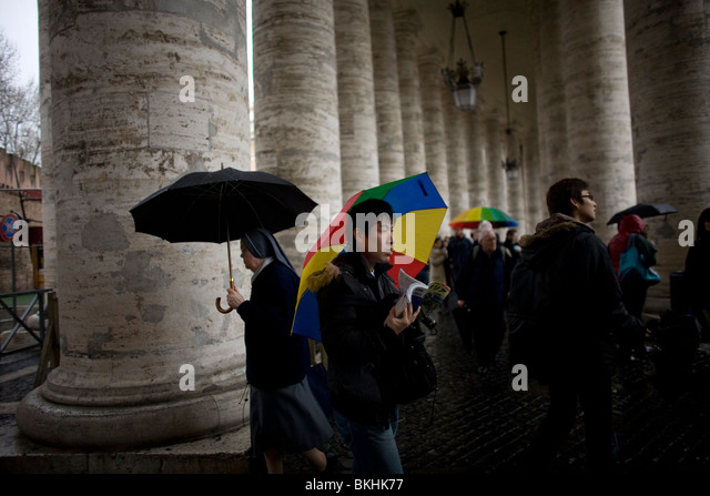 Tourists come and go from Saint Peter's Square in Vatican City, in Rome, March 10, 2008. Photo/Chico Sanchez - Stock Image