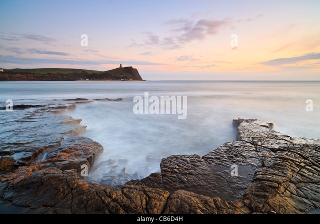 Kimmeridge Bay, Dorset, UK, with Clavell's Tower in the background, at sunset - Stock-Bilder