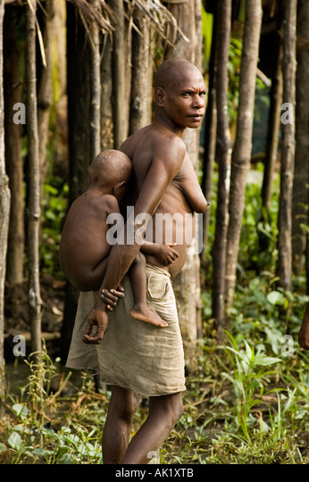 Asmat woman and her baby, Irian Jaya Indonesia. - Stock Image
