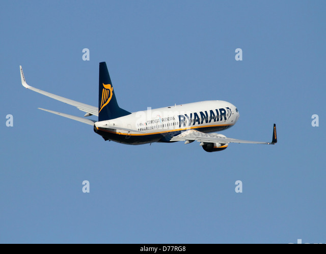 Commercial air travel. Ryanair Boeing 737-800 in a climbing turn after takeoff - Stock-Bilder