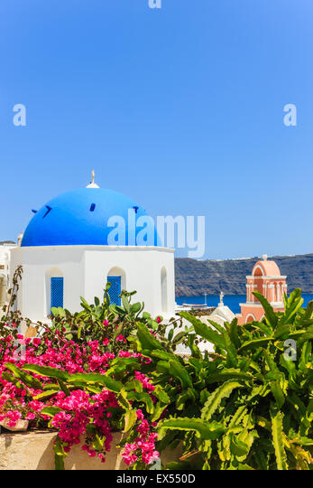 Traditional Greek Cyclades architecture style in Oia, a small town at the northern tip on Santorini, Greece - Stock-Bilder