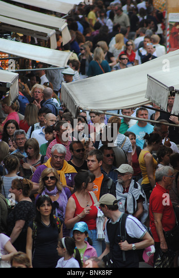 Crowds of tourists in a street near the Rialto in Venice, Italy - Stock Image