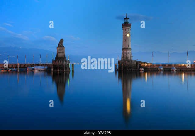 The Bavarian lion and the new lighthouse built in 1856 in Lindau at Lake Bodensee, Swabia, Bavaria, Germany, Europe - Stock-Bilder