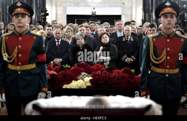 Moscow, Russia. 22nd Dec, 2016. Family and friends pay their respects to Russian Ambassador to Turkey Andrei Karlov - Stock-Bilder