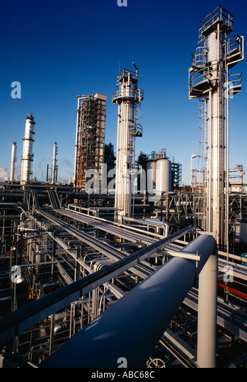 Oil Refinery flexicoker unit converts heavy oil fractions into lighter fractions such as light oil products and - Stock-Bilder
