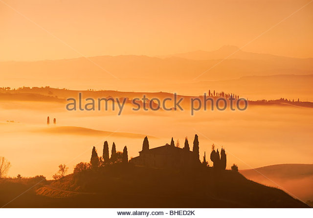 Early morning mist surrounds the farmhouse at Belvedere, near San Quirico D'Orcia, Val D'Orcia, Tuscany, - Stock-Bilder