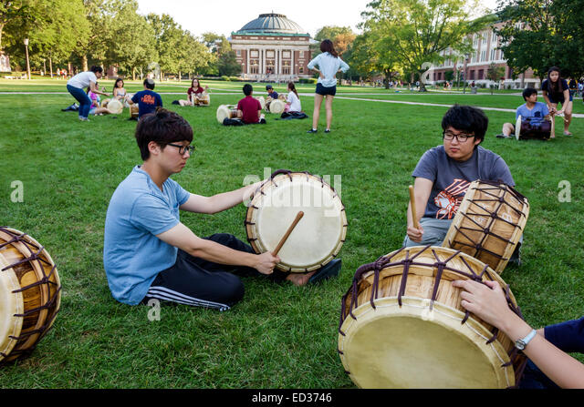 Illinois Urbana-Champaign University of Illinois campus Asian student man woman teen boy girl playing drum drums - Stock Image