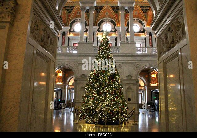 Washington, DC, USA. 9th Dec, 2015. Photo taken on Dec.9, 2015 shows a Christmas tree in the Library of Congress - Stock-Bilder