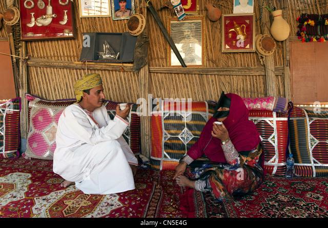 Sultanate of Oman, Ash Sharqiyah Region, desert of Wahiba Sands, Bedouin couple - Stock Image
