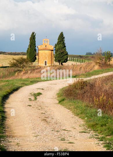 Europe, Italy, Tuscany, San Quirico d'Orcia.  Road leading to the Vitaleta Chapel. - Stock-Bilder