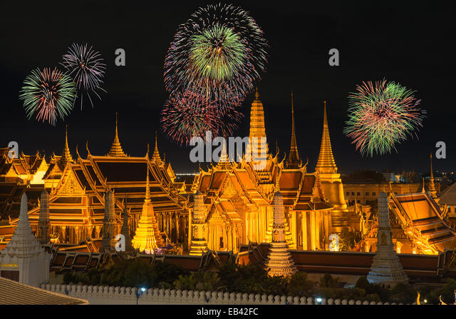 Grand palace and Wat phra keaw in night with new year fireworks - Stock Image