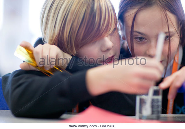 Close up of girls doing science experiment in laboratory classroom - Stock-Bilder