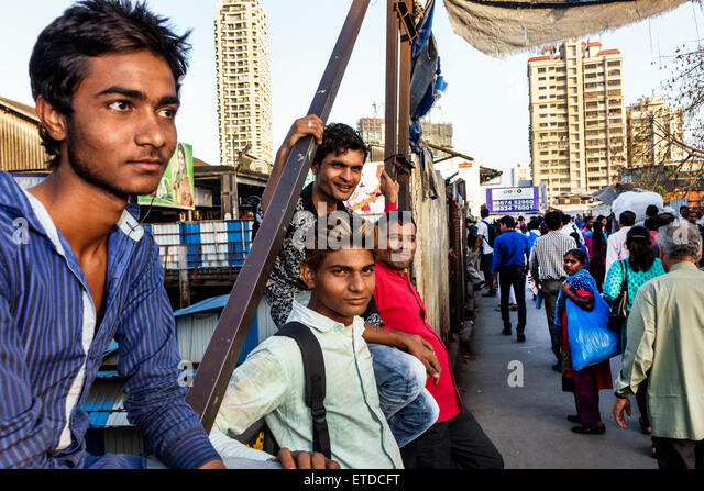 India Indian Asian Mumbai Dadar Central Western Railway Line Station train public transportation riders commuters - Stock Image