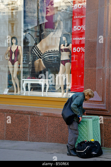 Sep 2008 - Poor man looking at the trash bin Moscow Russia - Stock Image