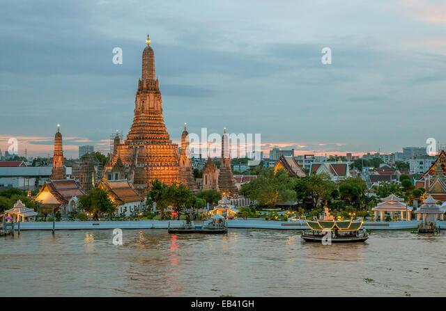 Night view of Wat Arun temple and Chao Phraya River, Bangkok, Thailand - Stock Image
