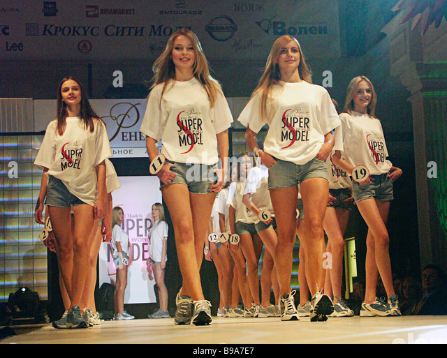 The 20 World Supermodel contest finalists represent 13 Russian cities and vary in age from 14 to 22 - Stock-Bilder