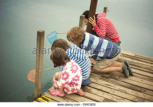 Mother and children fishing from pier, Southwold, Suffolk, UK - Stock-Bilder