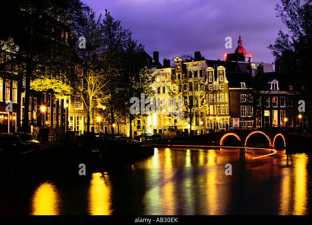 amsterdam canal at night holland - Stock Image