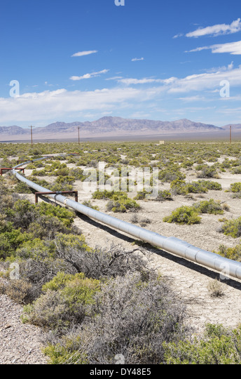 small oil pipeline in a well field in Nevada - Stock Image