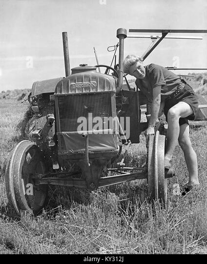 Fordson Tractor with Land Girls in 1940's - Stock Image