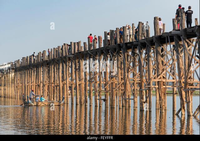 Tourists at U Bein Bridge - the longest teakwood footbridge in the world, Amarapura near Mandalay, Burma (Myanmar) - Stock-Bilder