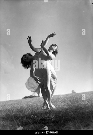 Emmy Towsey (Taussig) and Evelyn Ippen, Bodenwieser Ballet in Centennial Park, Sydney, ca. 1939 / Max Dupain - Stock-Bilder