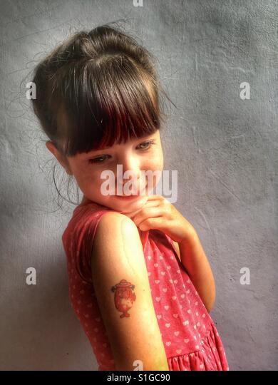 Little girl with transfer tattoo - Stock-Bilder