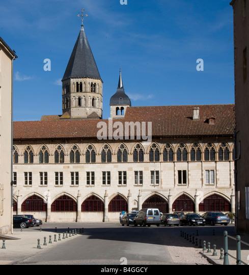 Cluny, Weihwasserturm, davor gotischer Bau, Blick von Westen - Stock-Bilder