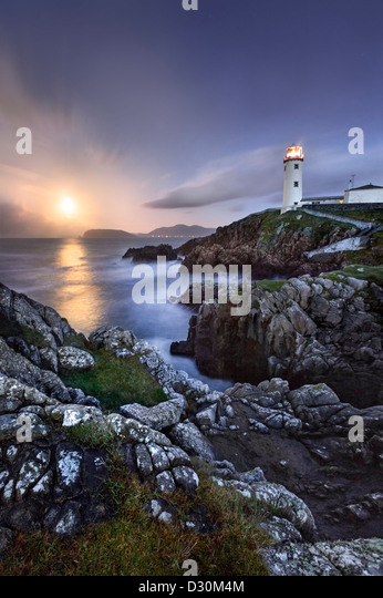 Fanad Head captured as a full moon rises behind the Lighthouse. - Stock-Bilder