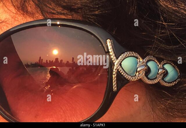 Reflection of Chicago skyline in sunglasses - Stock-Bilder