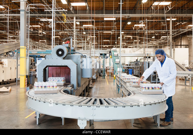 Man working in bottling factory - Stock-Bilder