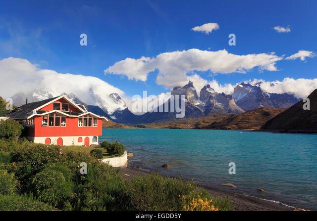 Chile, Patagonia, Torres del Paine National Park (UNESCO Site), Cuernos del Paine peaks and Hosteria Pehoe Historic - Stock-Bilder