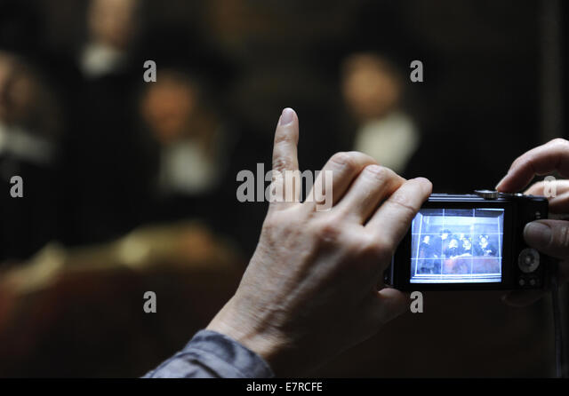 Tourist taking a photograph of a painting. Rijksmuseum. Amsterdam. Netherlands. - Stock-Bilder
