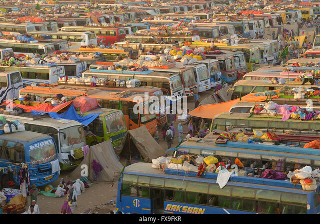 Ajmer, India. 13th Apr, 2016. Buses are parked in a makeshift camp for Sufi Muslim devotees during the Urs Festival - Stock Image