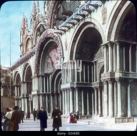 Reiche Säulenbündel tragen die Torbogen. Wir beachten auch auf der oberen Galerie die vier Rosse, die - Stock Image