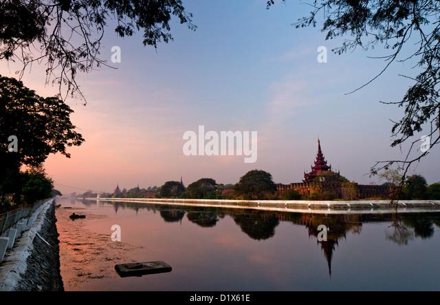 Mandalay palace walls reflecting in moat at dawn, Mandalay, Myanmar - Stock-Bilder