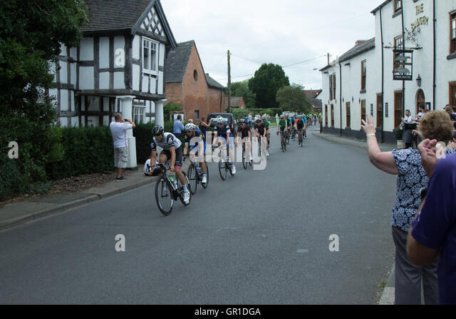 Cheshire, UK. 6th September, 2016. Peloton early in the race, passing through Church Minshull in the Cheshire plain. - Stock Image