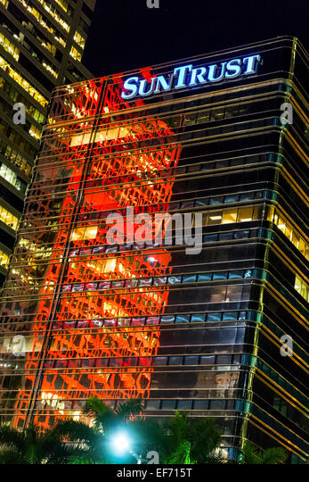 red-reflections-at-night-in-the-facade-o