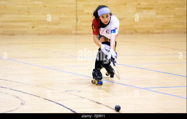 Gijon, Spain. 27th February, 2016. Sara Lolo (Hostelcur Gijon) passes the ball during the roller hockey match of - Stock Image