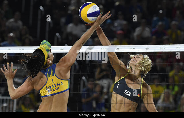 Rio De Janeiro, Brazil. 18th Aug, 2016. Germany's Laura Ludwig (R) competes against Brazil's Rippel Agatha - Stock-Bilder