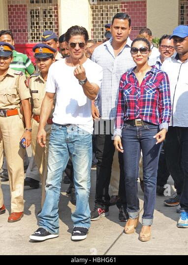 Bollywood actor Shahrukh Khan along with his wife Gauri Khan arrives to cast vote Maharashtra state assembly elections - Stock-Bilder