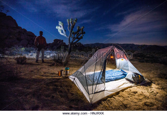 A remote campsite accessible only by backpacking in Joshua Tree National Park. - Stock-Bilder