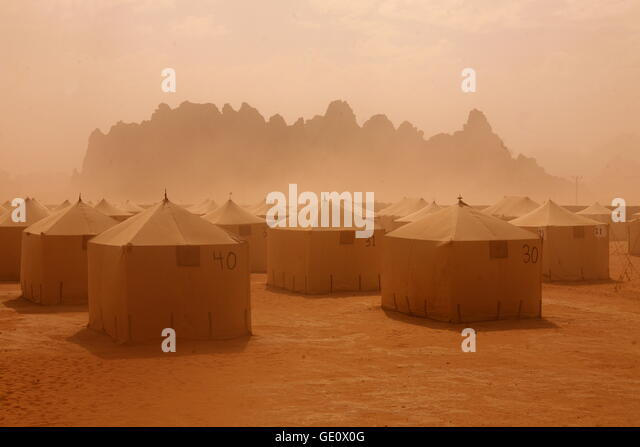 a Sandstorm in the Landscape of the Wadi Rum Desert in Jordan in the middle east. - Stock-Bilder