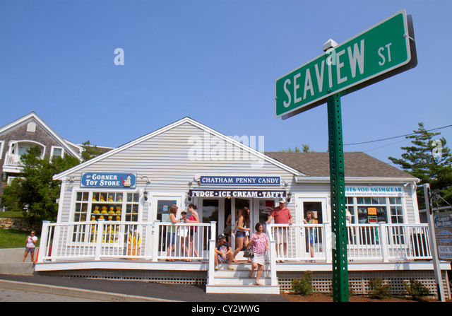 Massachusetts Cape Cod Chatham Main & Seaview Street store business shopping street scene flowers - Stock Image