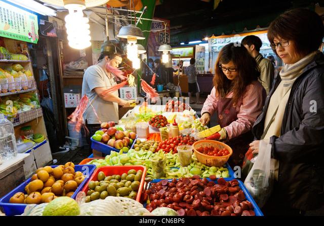 Shopping for fruit in Shida Night Market, Taipei, Taiwan. JMH5639 - Stock Image