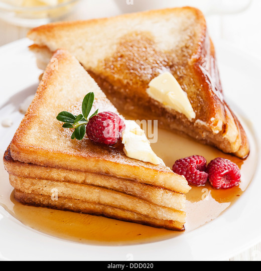 French toast with raspberries, maple syrup and butter - Stock-Bilder