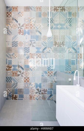 Ensuite bathroom. Hawthorne House, Melbourne, Australia. Architect: Annie Lai Architects, 2013. - Stock-Bilder