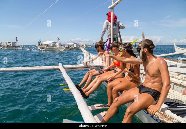 Philippines, Luzon, Sorsogon Province, Donsol, tourists ready to swim with whale shark (Rhincodon typus) - Stock-Bilder